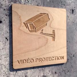 Signalétique en bois gravure vidéo protection